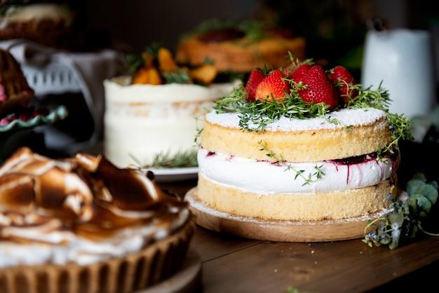 Mesa cheia de bolos caseiros