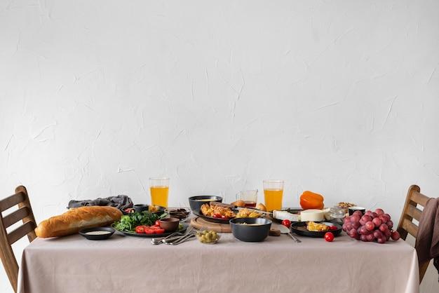 Mesa cheia de comida e cadeiras