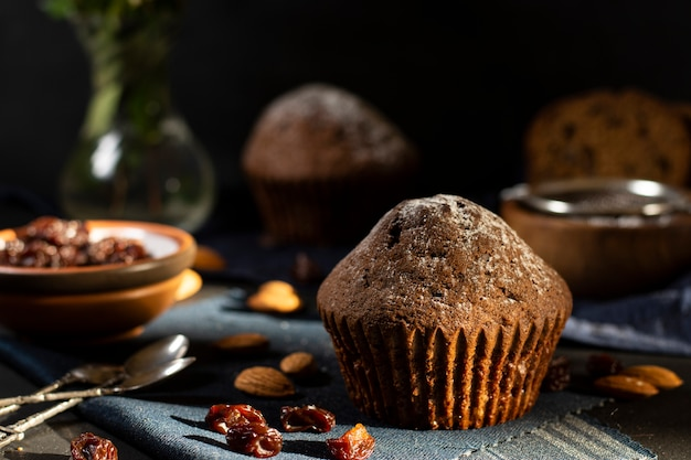 Mesa cheia de deliciosos muffins