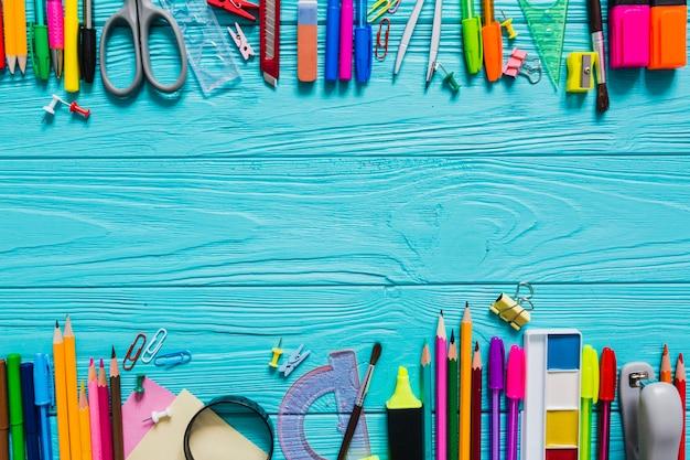 Mesa cheia de material escolar