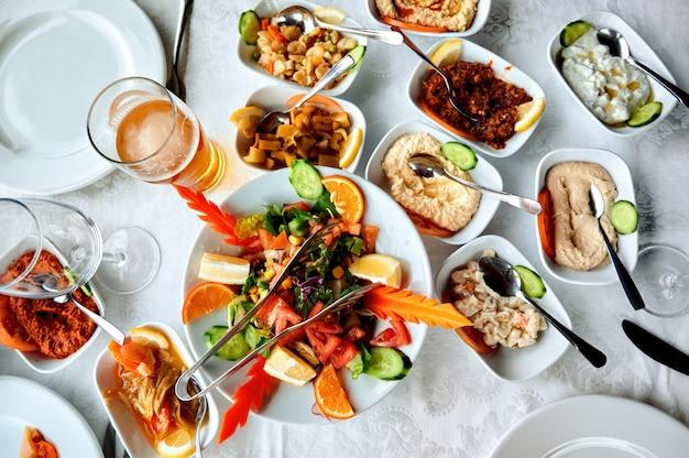 Mesa cheia de pratos em um restaurante