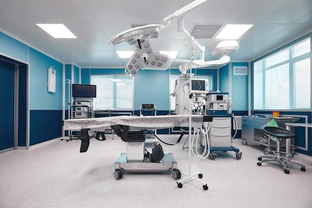 Mesa cirúrgica ampla e espaçosa com grande quantidade de luz, com equipamentos modernos para diversas operações complexas, mesa cirúrgica, lâmpadas, ventilador.