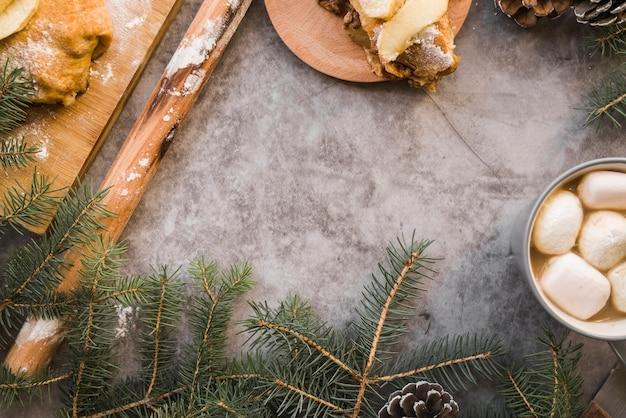 Mesa coberta com doces e galhos de árvores de abeto
