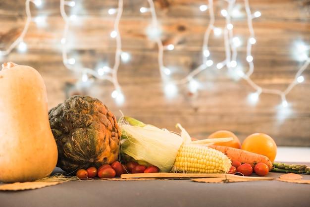 Mesa coberta com vegetais diferentes