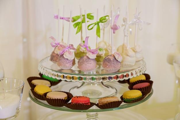 Mesa colorida com doces para o casamentomesa doce na festa de casamento