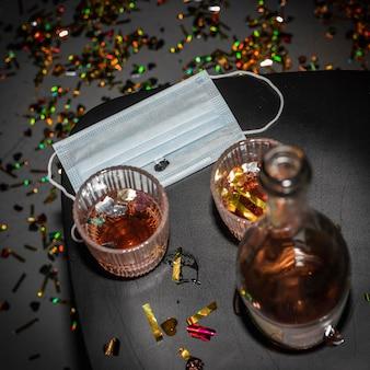Mesa com álcool e máscara facial