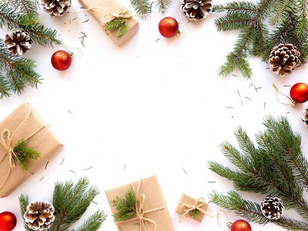 Mesa com atributos de férias galhos de árvore de natal