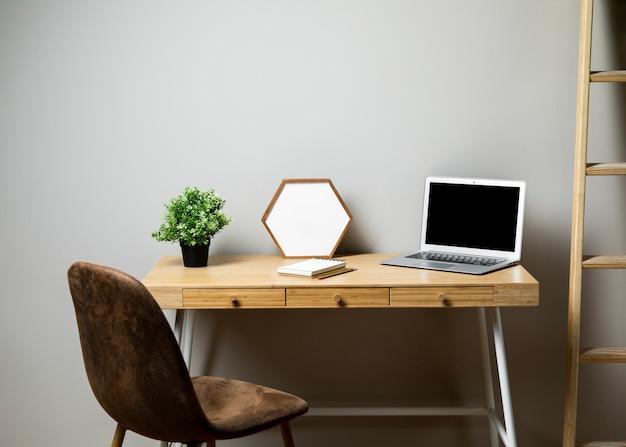 Mesa com cadeira e escada