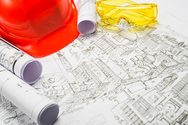Mesa com capacete e planos