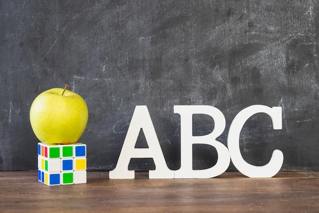 Mesa com caracteres do alfabeto rubiks cube and apple