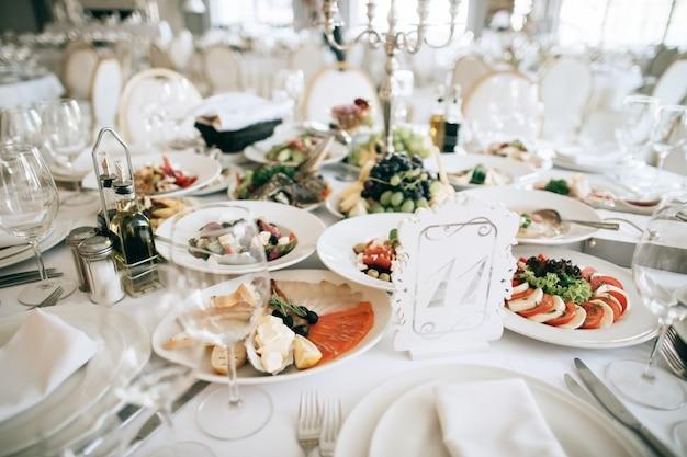 Mesa com comida e bebida no restaurante antes da festa de casamento