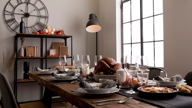 Mesa com comida para o evento do dia de ação de graças