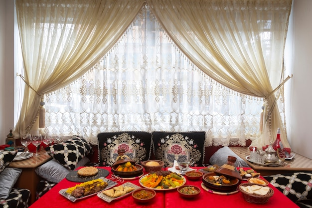 Mesa com comida típica marroquina