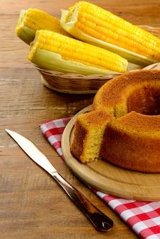 Mesa com comida tradicional e doces para festa junina. bolo de milho.