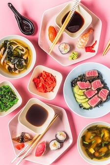 Mesa com comida tradicional japonesa