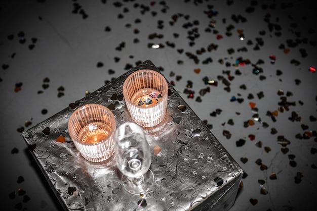 Mesa com copos de álcool em casa