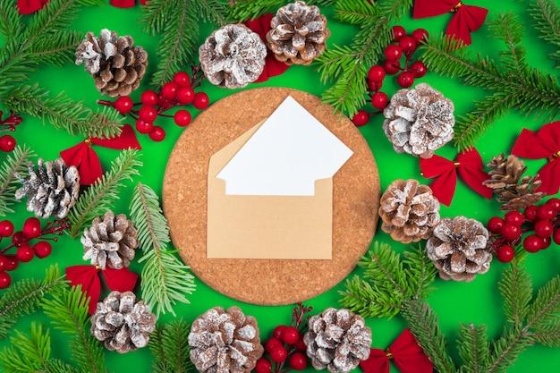 Mesa com envelope e decorações de natal. postura plana.