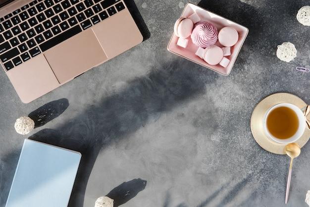 Mesa com ferramentas de escritório, vista plana e vista superior