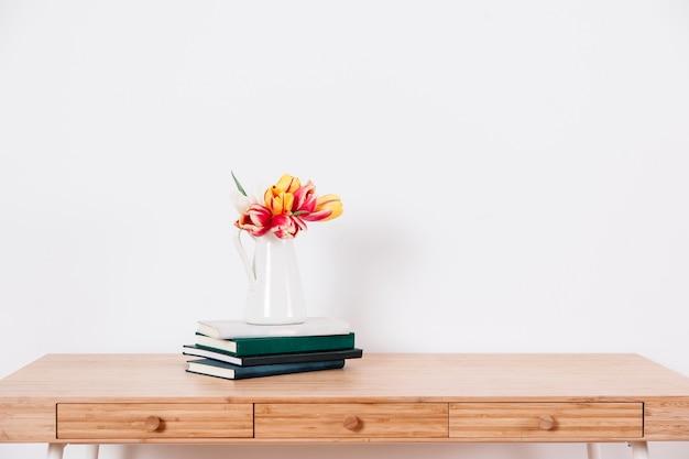 Mesa com flores e blocos de notas