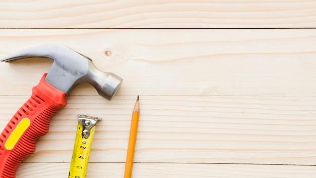 Mesa com implementos de carpinteiro