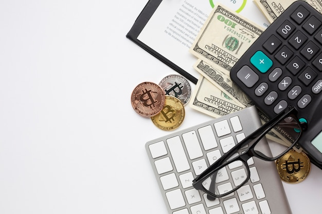 Mesa com instrumentos financeiros vista superior