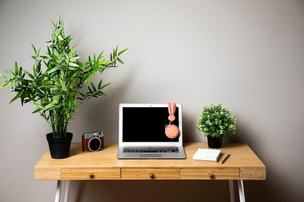 Mesa com laptop e fones de ouvido