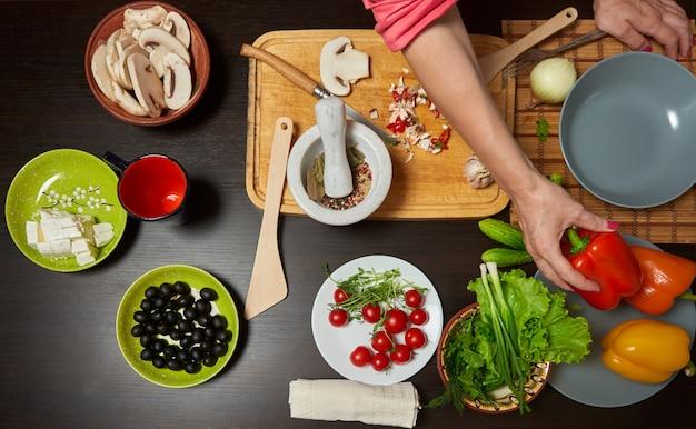 Mesa com legumes prontos para uma salada saudável