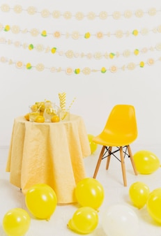 Mesa com limões e cadeira