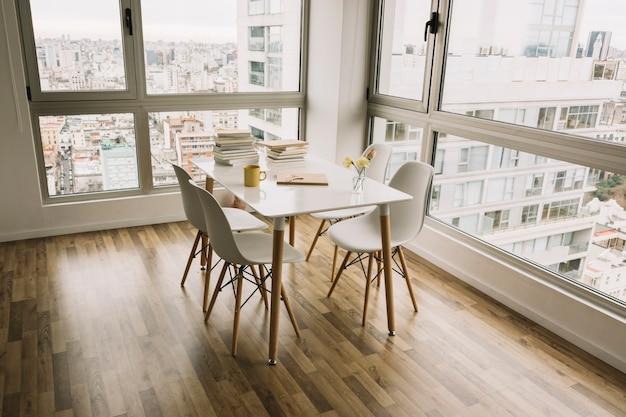 Mesa com livros e decorações em apartamento moderno