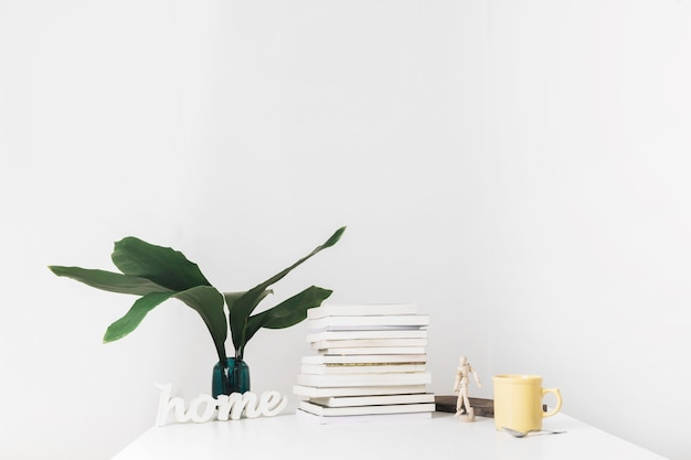 Mesa com livros e decorações