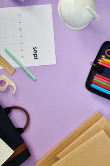 Mesa com material escolar