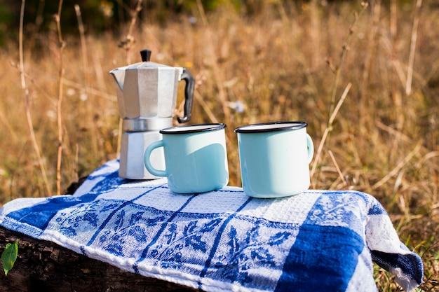 Mesa com moedor de café e canecas