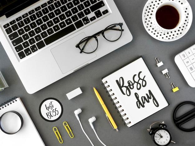 Mesa com notebook mensagem chefe dia