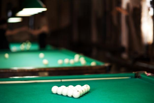 Mesa com pano verde e bolas de bilhar