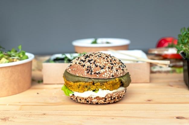 Mesa com sanduíche saudável. foto de close-up, outra comida na mesa de madeira