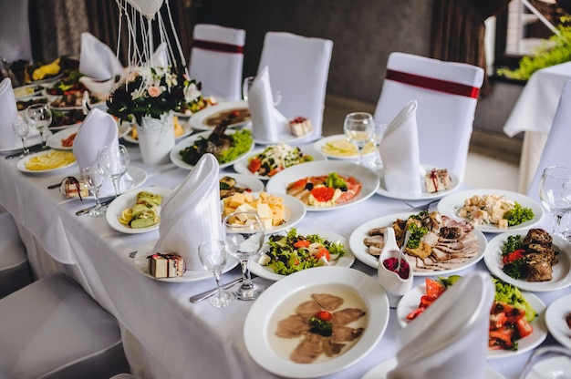 Mesa com taças de prata e vidro no restaurante antes de começar a comemorar um casamento