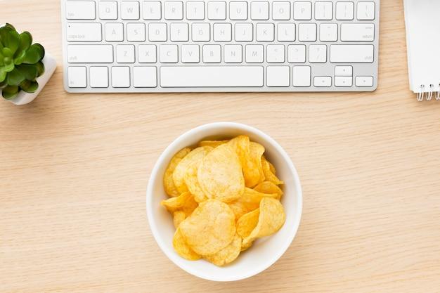 Mesa com tigela de batatas fritas