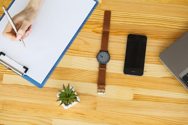 Mesa com vários aparelhos e material de escritório
