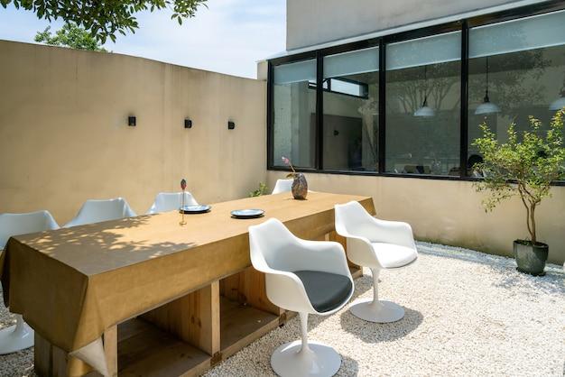 Mesa comprida e cadeira no restaurante villa garden