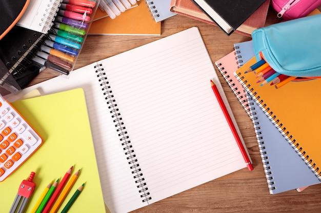 Mesa da escola com caderno aberto