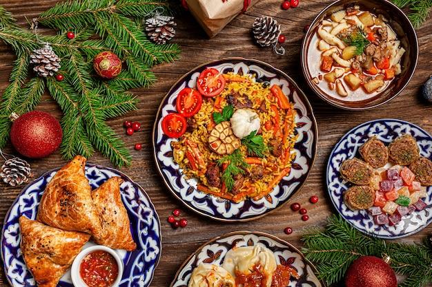 Mesa da família uzbeque de diferentes pratos