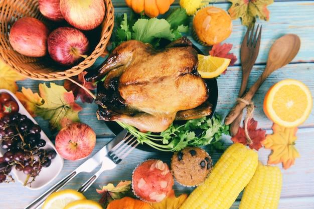 Mesa de ação de graças celebração tradicional configuração comida ou mesa de natal decorada com muitos tipos diferentes de comida jantar de ação de graças com frutas de peru e legumes servidas no feriado