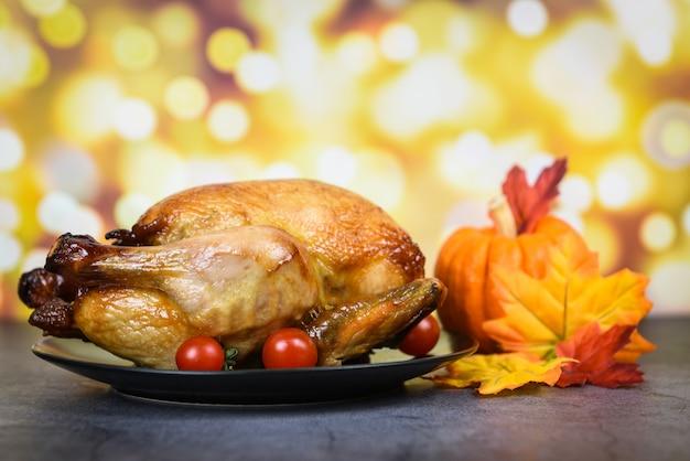 Mesa de ação de graças celebração tradicional configuração comida ou mesa de natal decorada