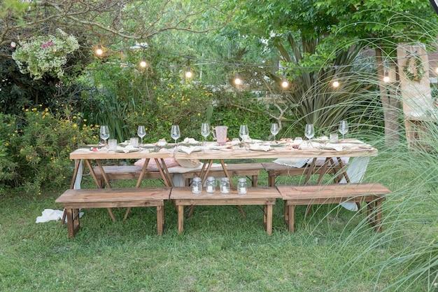 Mesa de almoço em estilo rústico no jardim para o natal