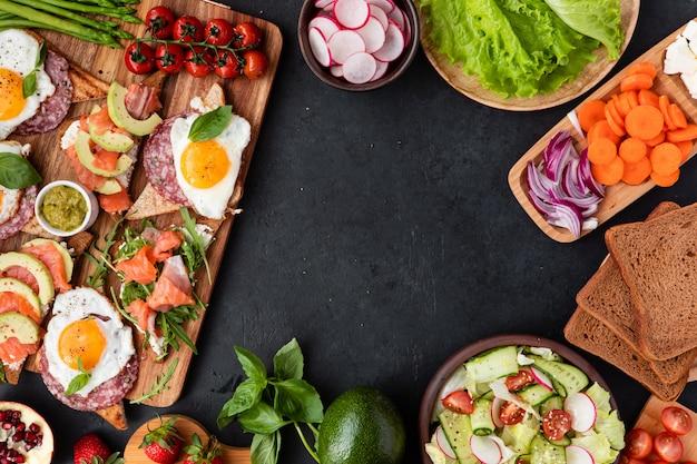 Mesa de aperitivos com lanches saudáveis