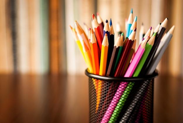Mesa de arame arrumado cheio de lápis de cor