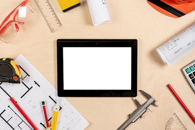 Mesa de arquiteto com tablet na maquete superior
