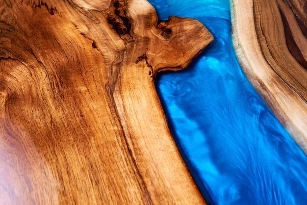 Mesa de artesanato em madeira e resina epóxi.