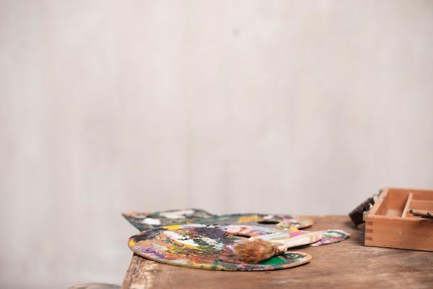 Mesa de artista de vista frontal com ferramentas de pintura