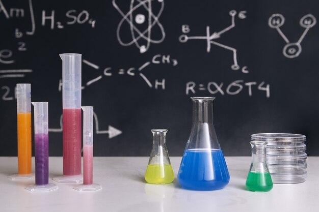 Mesa de aula com frascos com produtos químicos coloridos